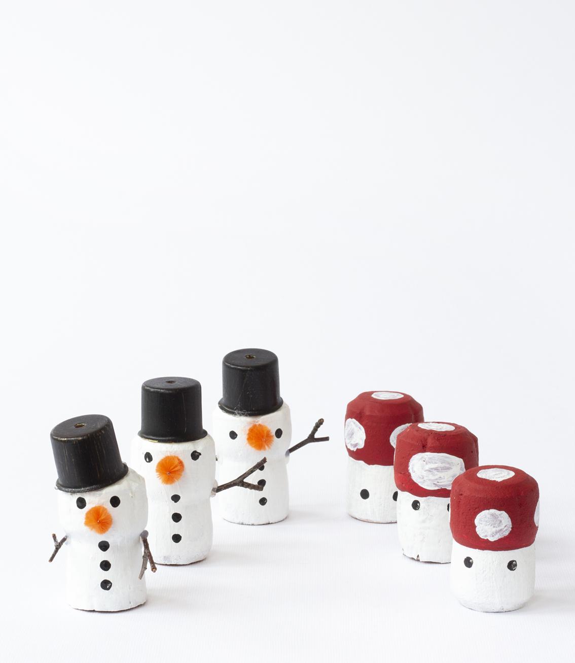Tre i rad med julfigurer av korkar