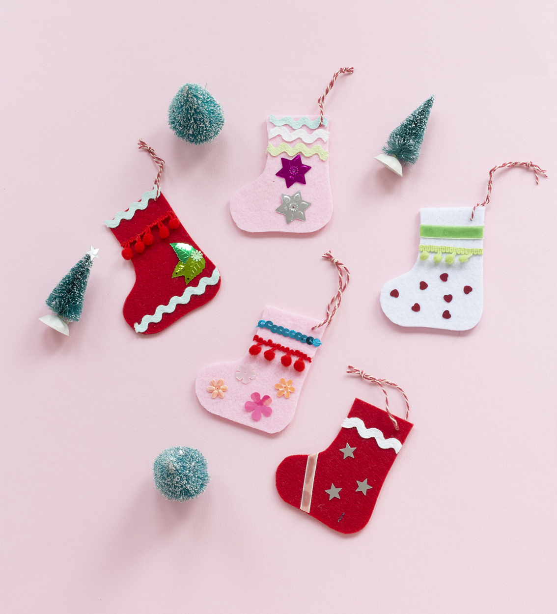 Pyssla små julstrumpor i filt
